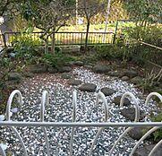 専用庭が約3坪ほど付設されております。庭木やお花がお好きな方にお薦めします。
