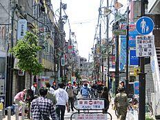 駅までの途中に駅前商店街もあり飲食店などの商業施設が多く生活便利。