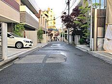 北東側前面道路は幅員が約5mあります。車庫入れ等の運転も比較的スムーズに行うことができます。