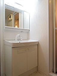 ゆとりのある洗面台は同時に身支度をしていても渋滞しず、準備することができます。鏡裏や洗面ボール下には収納スペースをしっかりと確保されているので、すっきりとした空間を保つことができそう。(同日撮影)