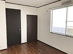 二階の洋室。二階は床フロアタイル上張りがされています。