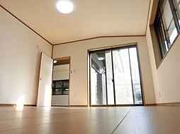 リフォーム済一階南側洋室8帖を東に向かって撮った写真です。南側の窓から光の入る洋間8畳は、ポカポカと気持ちの良いお部屋ですよ。