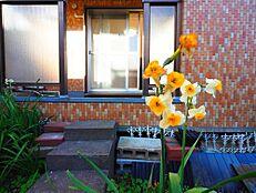 専用庭付きの物件。プライベート空間が確保されているので、ご家族と一緒にガーデニングやお茶を楽しむことができます。