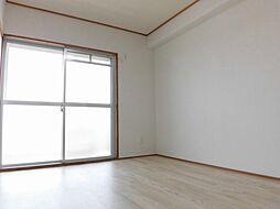 リフォーム済南側和室を、洋間に間取り変更しました。壁・天井クロス張り替え、床クッションフロア張り、照明交換を行いました。ベッドや家具を置くのにも、洋間だと自由度が高く使いやすいですね。