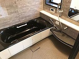 「お風呂」タイル調の壁などモダンでお洒落な空間です。