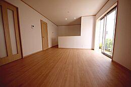 隣接する洋室を合わせると17.3帖の大空間