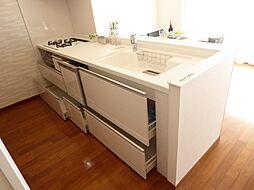 清潔感のある真っ白なカウンター型システムキッチン(食洗機付)