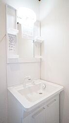 清潔感溢れるスタイリッシュなデザインの洗面化粧台。