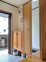 玄関にはワイドサイズのシューズボックスがあるから、家族の靴をスッキリと収納できます。