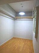 洋室に棚とハンガーパイプを取り付けておりますので衣装部屋としてご利用頂けます。