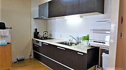 ご購入された際に入れ替えられたキッチン。シンクの右側を拡張し、収納力を向上させました。