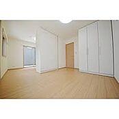 参考例として可動収納。なんと収納が動くんです。これによりお部屋のレイアウトが変更できちゃうんです。