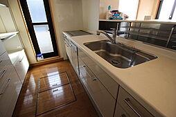 ゆったり広々としたキッチン。調理器具もたっぷり収まる収納つきなのがうれしいですね。