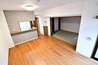 居間(通風と採光を考慮したリビングは家族が自然と集まる空間となります)