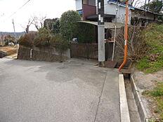 東側前面道路は公道約4mの幅員がございます。