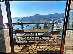 室内からバルコニー越しの眺望です。相模湾と山並み、熱海市街。熱海の理想的な景色が眼下に拡がります。