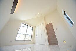 限られた空間を最大限に活用することで、さらにデザイン性を持たせてくれます。機能性と遊び心に溢れた高度なデザインです。(建物プラン例/建物価格1755万円、建物面積89.26m2)