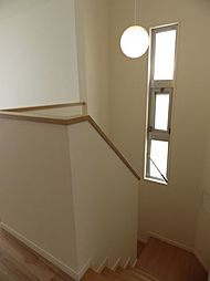 階段スペースには、通風、採光用の窓があります。