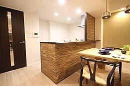 寛ぐ方とお料理をされる方の一体感を重視した設計のキッチン。会話の弾むキッチンは自然とご家族の中心に。