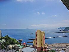 バルコニーからの清々しい眺めです。眼下に相模湾・遠くに初島も望みます
