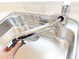 同仕様写真キッチン新設したキッチン給水ノズルは伸縮式。通常水と、シンクやお皿洗いに便利なシャワーと、調理に使う浄水が使い分けできます。カートリッジ交換も簡単です。