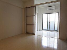 AZUL南森町の落ち着いた色調の洋室です