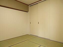リビング隣の和室は、趣ある安らぎ空間。来訪時や家事スペースとしても重宝します。また、お子様のお昼寝の場所やお布団派の方は寝室にしてもいいですね。(2019年7月20日撮影)