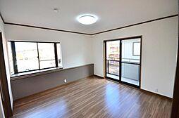 2階洋室8帖の洋室です。2面に窓があるので、採光・通風良好です。