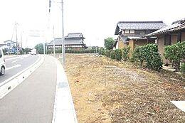 前面道路は歩道があり、小さなお子様にも安心です。
