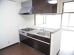 リフォーム済み。キッチンです。リクシル製の2100mmのシステムキッチンに新品交換しました。対面キッチンなのでお子様の様子をうかがいながら家事が出来ますね。