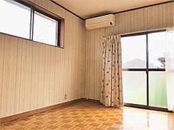 掃き出し窓のある洋室です上部にも窓があるので、明るい陽が取り入れられますね