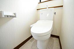 トイレTOTO製の新品ウォシュレット付のトイレに交換予定です。お掃除ラクラクな便器は汚れをサッと一拭きできる「フチなし形状」、トルネード洗浄で少ない水でもしっかり洗浄します。