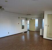 ゆったりとしたリビングルームは開口部が多く明るく即、ご入居可能な美室です。