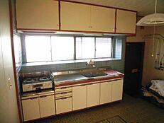リフォーム前写真キッチンは新品にシステムキッチンに交換予定です。キッチンの天板は人工大理石製になります。