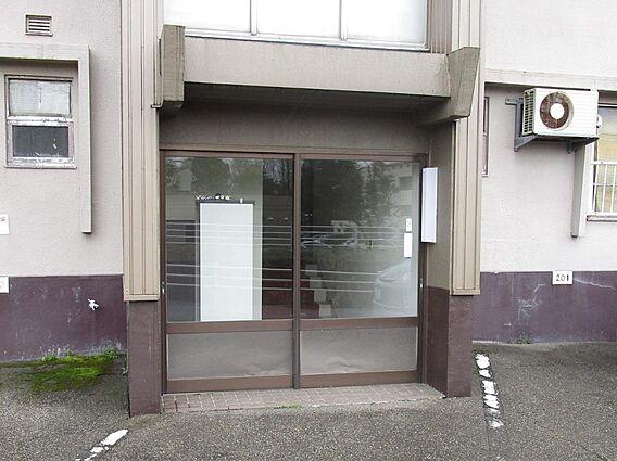 建物入り口です...