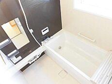 リフォーム済ハウステック製の1坪のユニットバスを新設しました。広々した浴槽で、足を伸ばしてゆったりと入浴が楽しめます。毎日のお風呂が楽しみになりますね。
