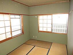 南側和室:2面採光なので明るい空間。畳やクロスを張替え、モダンな雰囲気にしても素敵ですね。
