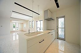 ラグジュアリーな空間を演出するキッチンはホームパーティにも最適です。質感一つひとつのセンスへのこだわりは日常を特別な空間へと導きます。(建物プラン例/建物価格1755万円、建物面積89.26m2)