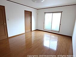 [室内撮影] 洋室/2階南西側-約10帖。南面採光で明るい室内。収納力のあるウォークインクローゼットも完備。シャッター雨戸も完備しています。