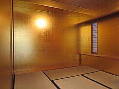 こちらが玄関横の和室になります。特徴的な黄金の和室となっております。非日常を演出してくれます。