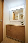 使い易い三面鏡洗面台です。