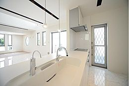 キッチンを対面式にし部屋の仕切りをなくすことによって、オープンなリビングに。光と風が遮られることなく満ち溢れます。建物プラン例 建物価格1755万円、建物面積89.26m2