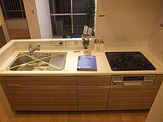 広々システムキッチンで家事も充実