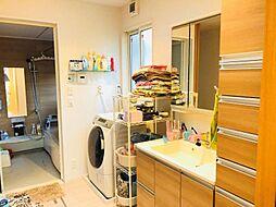 ワイドな鏡を備えた洗面化粧台。収納も豊富です