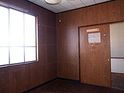約5帖の洋室は、広さに加えて豊富な収納スペースも確保。