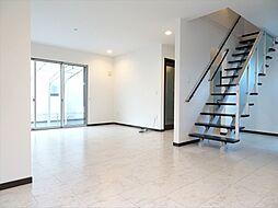 プレイルームから見た室内。リビングイン階段になっていて開放感を感じられますねグランドピアノを置ける程の広さ