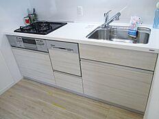使い勝手の良い最新設備のシステムキッチンです。食洗機付で洗い物もラクチン