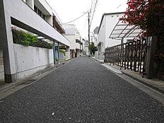 (販売現地前面道路)お住まいされているご近所の方以外に、通行のない道路で、静かな住宅街を形成している一画となります。