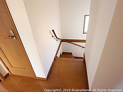 [室内撮影] 階段は手摺り付バリアフリー設計  ///弊社では、物件探しから購入後のアフターまで、個別にてお客様をご担当させて頂きますのでご安心下さい。