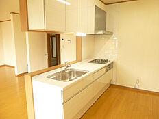 キッチンは永大産業製の新品対面キッチンに交換しました。ご家族の様子を見ながら家事ができるので嬉しいですね。